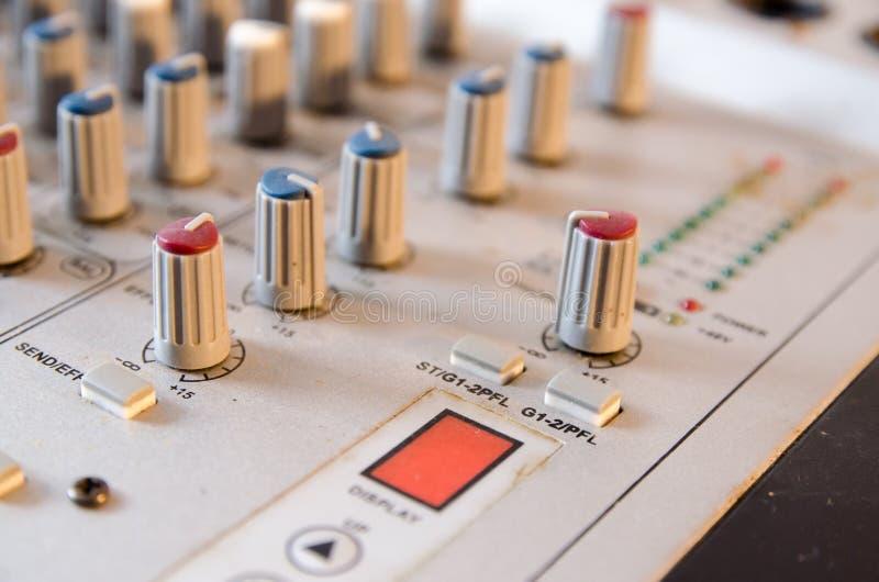 Fermez-vous de l'extrémité arrière de l'amplificateur de musique, contrôle de mélange photographie stock libre de droits