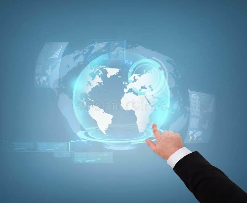 Fermez-vous de l'homme d'affaires indiquant l'hologramme de globe images libres de droits