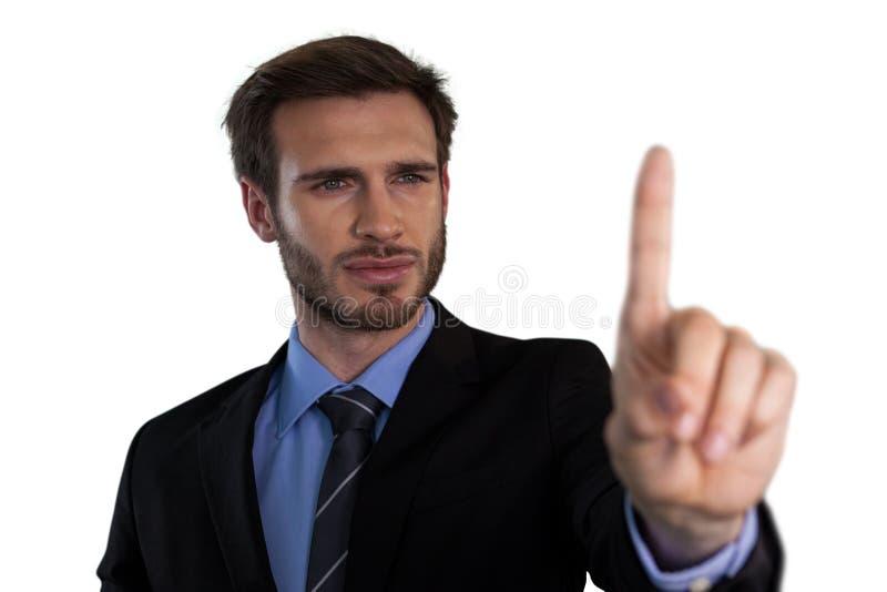 Fermez-vous de l'homme d'affaires sélectionnant au-dessus de l'interface invisible images libres de droits