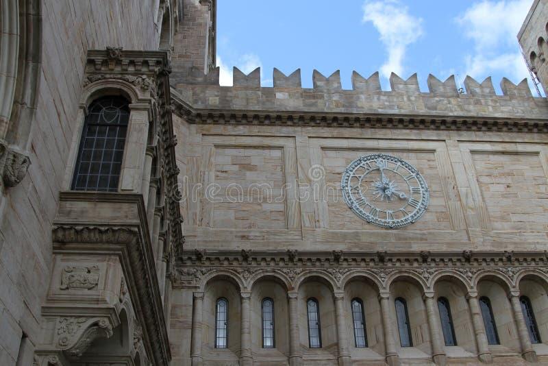 Fermez-vous de l'horloge de Yale University Art Gallery photos stock