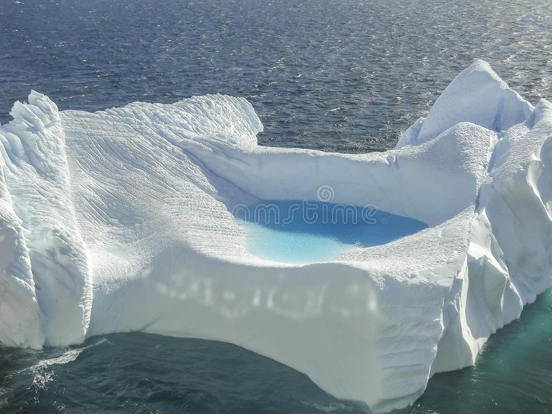 Fermez-vous de l'iceberg dans la baie de l'Antarctique image libre de droits