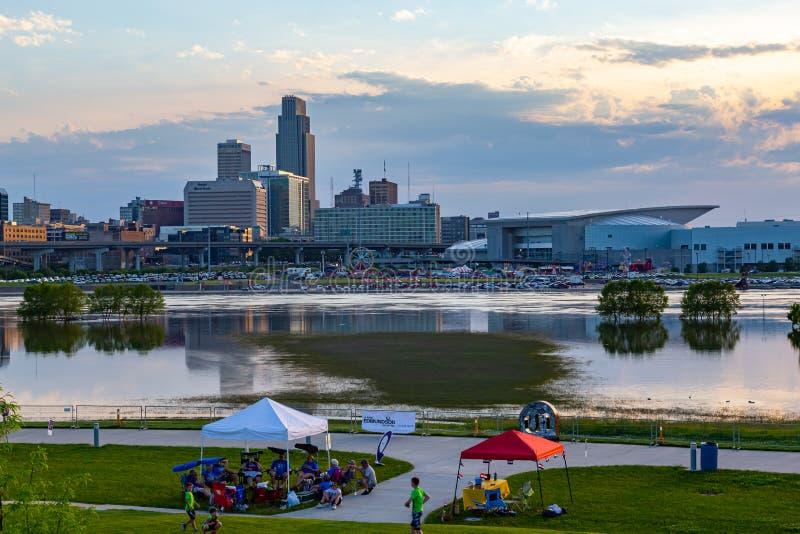 Fermez-vous de l'inondation du centre du fleuve Missouri de réflexions de bâtiments d'Omaha en 2019 du parc du bord de Tom Hanafa image stock
