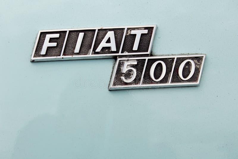 Fermez-vous de l'insigne usé de Fiat 500 de cru de sortie photographie stock