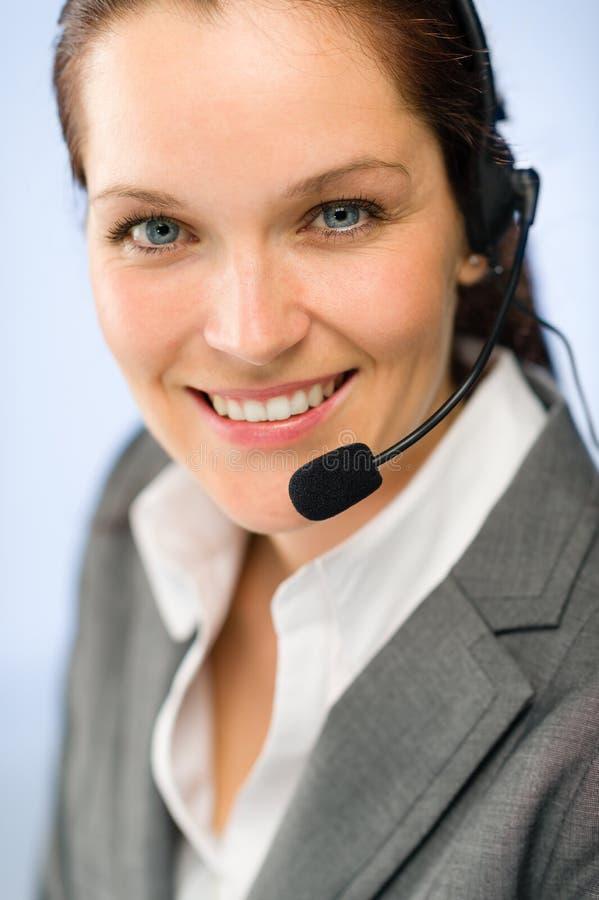 Fermez-vous de l'opérateur féminin de téléphone de soutien images libres de droits