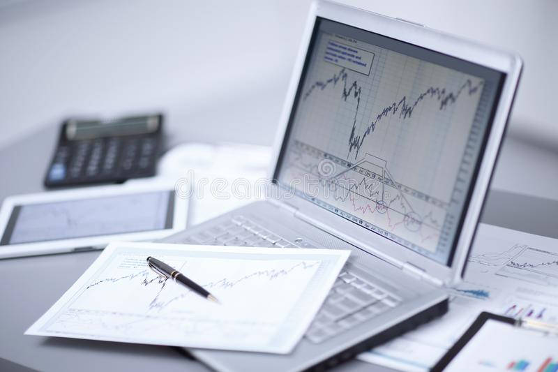 Fermez-vous de l'ordinateur portable avec le graphique de gestion sur le lieu de travail Concept de comptabilité et de rapport images libres de droits