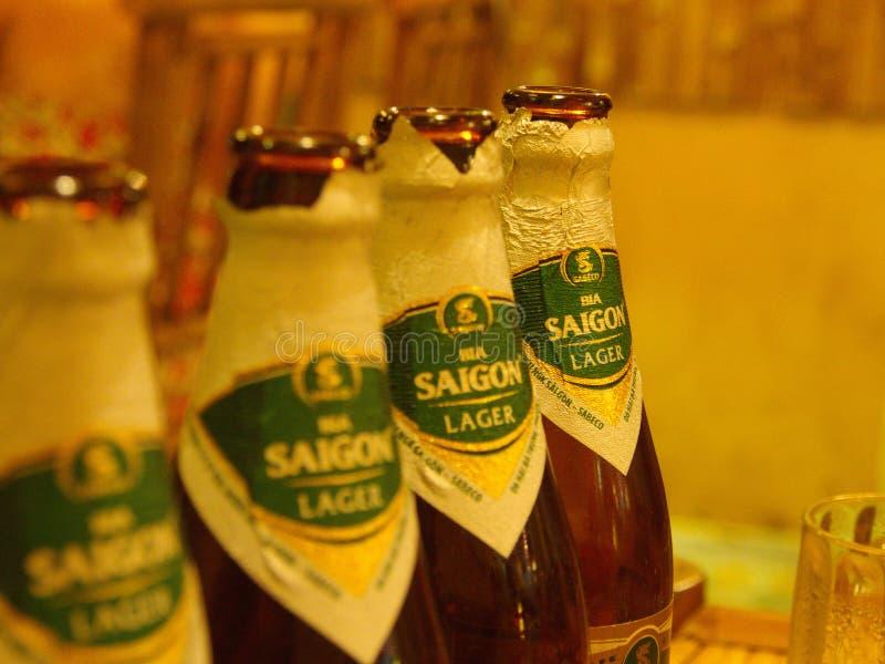 Fermez-vous de la bouteille de bière de Saigon en Hoi An Ancient Town TR photo libre de droits