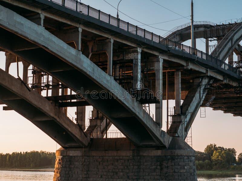 Fermez-vous de la construction de pont moderne, de la structure métallique ou du métal photo libre de droits