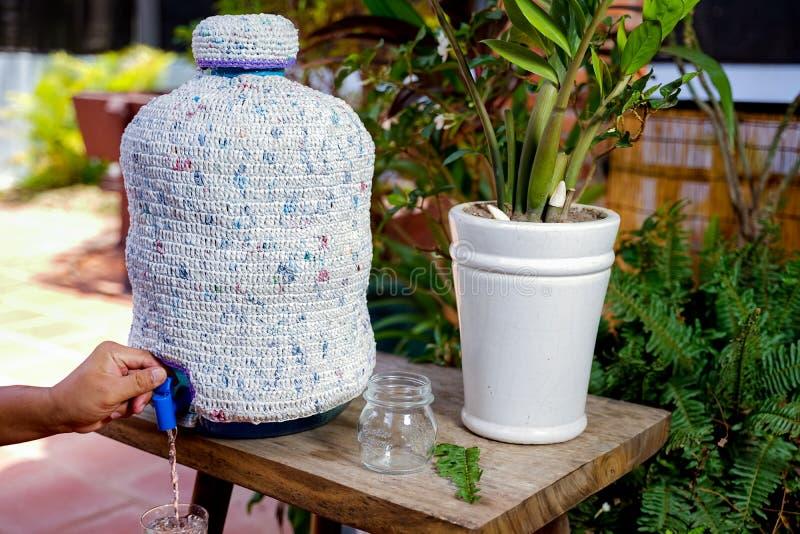 Fermez-vous de la couverture de bouteille faite à partir du sachet en plastique photographie stock