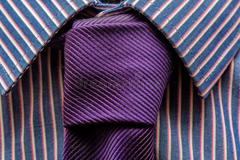 Fermez-vous de la cravate pourpre et de la chemise à la mode photo stock