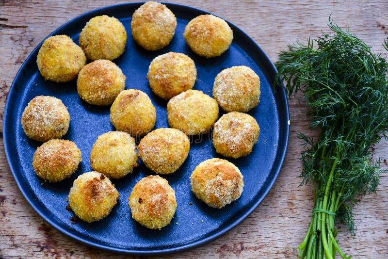 Fermez-vous de la croquette faite à la maison de style d'Italien de riz Arancini avec des poissons de Runa image libre de droits