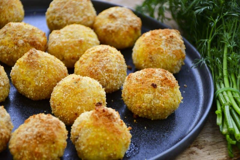 Fermez-vous de la croquette faite à la maison de style d'Italien de riz Arancini avec des poissons de Runa images libres de droits