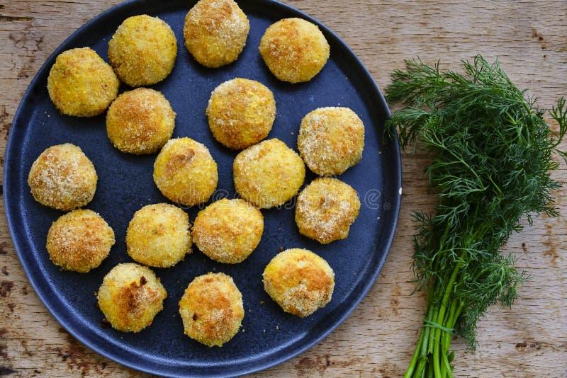 Fermez-vous de la croquette faite à la maison de style d'Italien de riz Arancini avec des poissons de Runa images stock