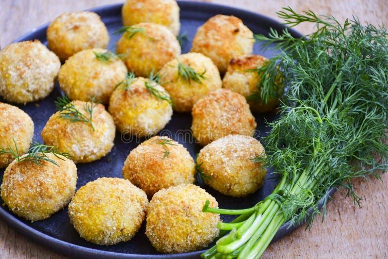 Fermez-vous de la croquette faite à la maison de style d'Italien de riz Arancini avec des poissons de Runa photos libres de droits