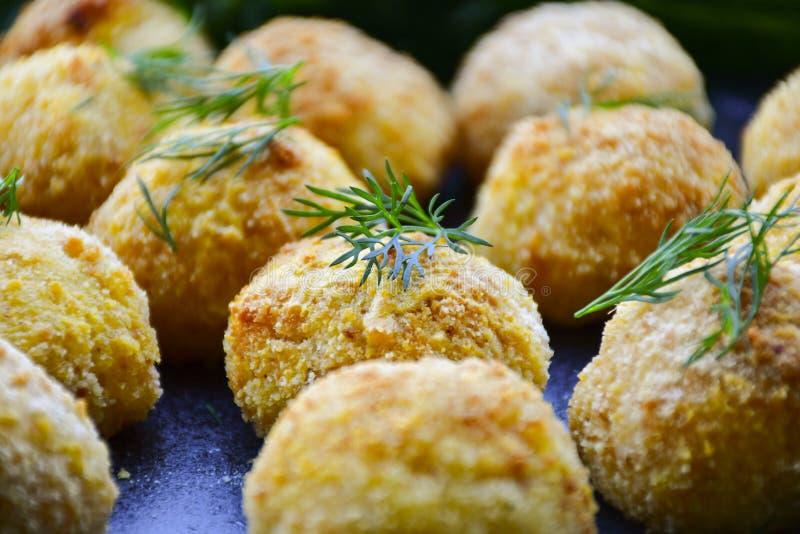 Fermez-vous de la croquette faite à la maison de style d'Italien de riz Arancini avec des poissons de Runa photos stock
