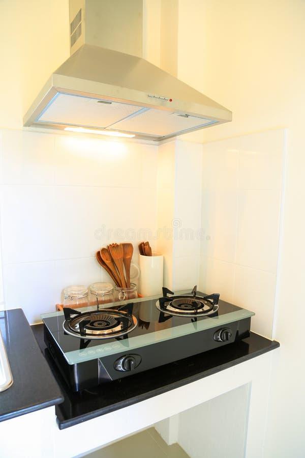 Fermez-vous de la cuisinière à gaz dans la chambre de cuisine Intérieur moderne de cuisine, intérieur de construction photo libre de droits