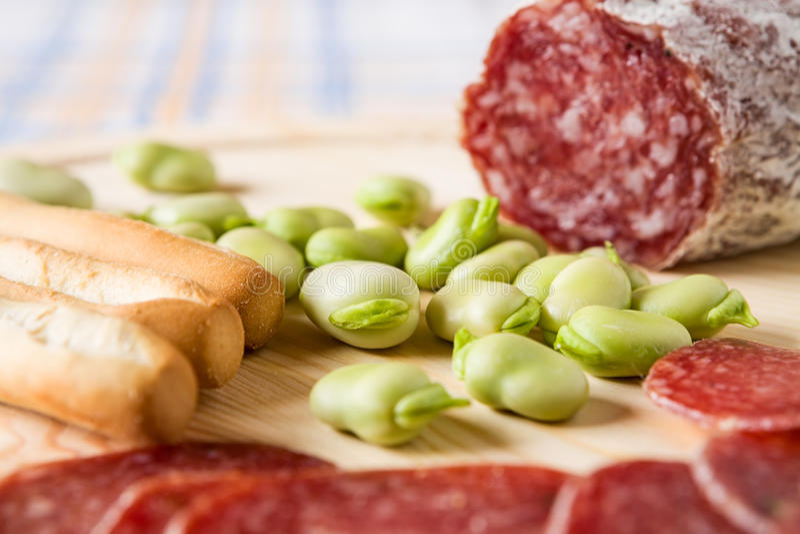 Fermez-vous de la fève et des batons de pain images stock