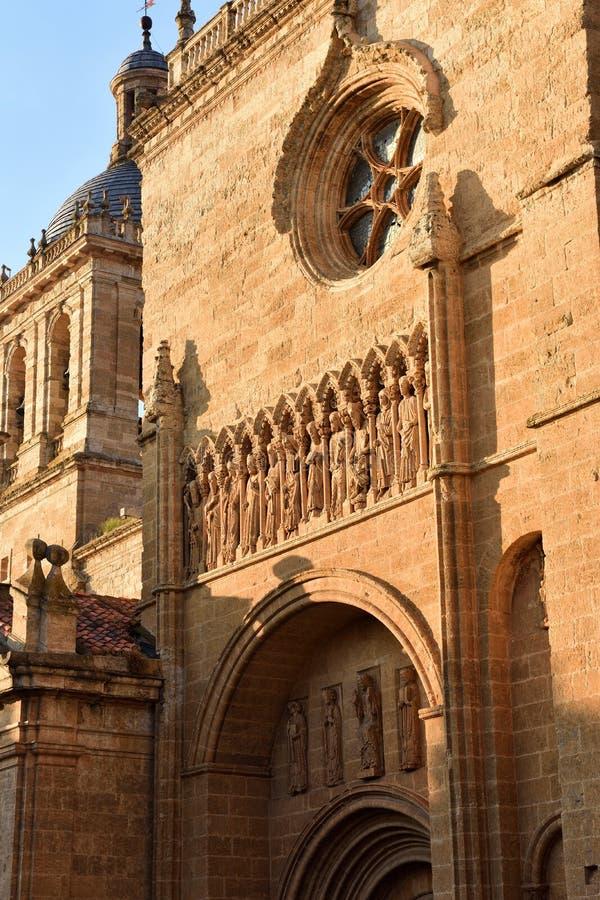 Fermez-vous de la façade et de la porte de Santa Maria Cathedral, Ciudad Rod image libre de droits