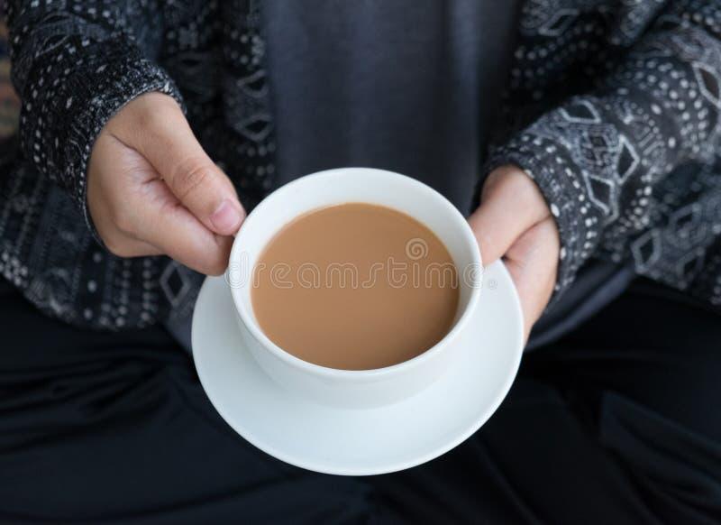Fermez-vous de la femelle tenant la grande tasse de café blanche chaude, Concep photographie stock
