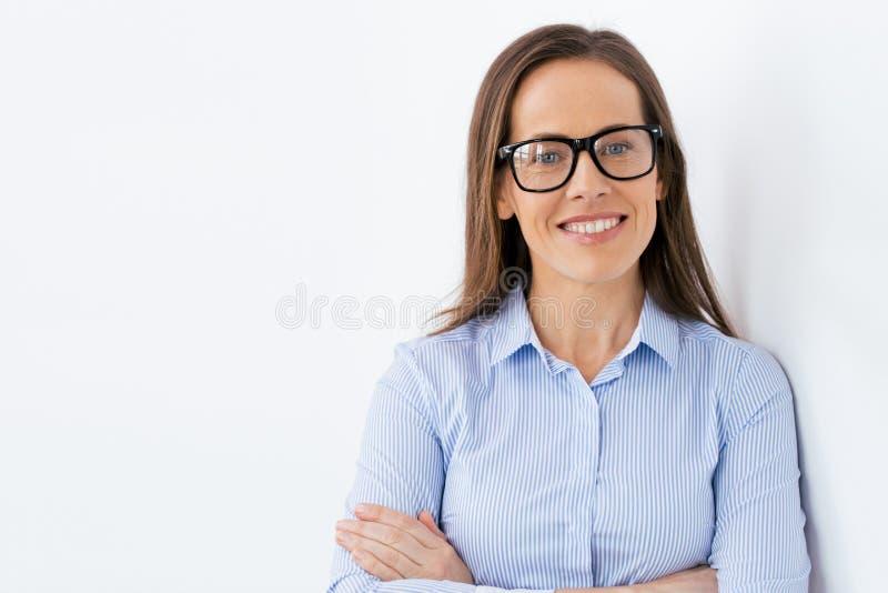 Fermez-vous de la femme âgée par milieu de sourire en verres photos stock