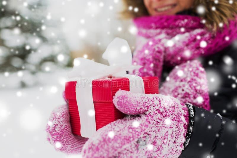 Fermez-vous de la femme avec le cadeau de Noël dehors photos stock