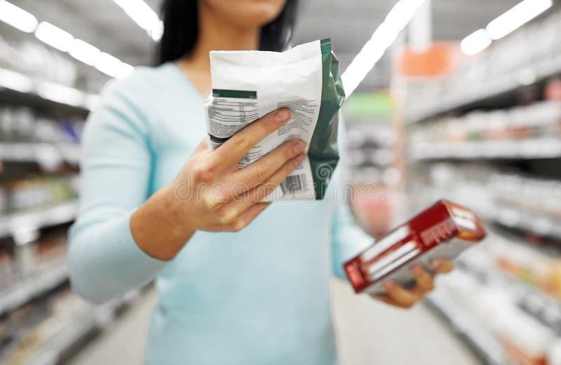 Fermez-vous de la femme avec la nourriture à l'épicerie images libres de droits