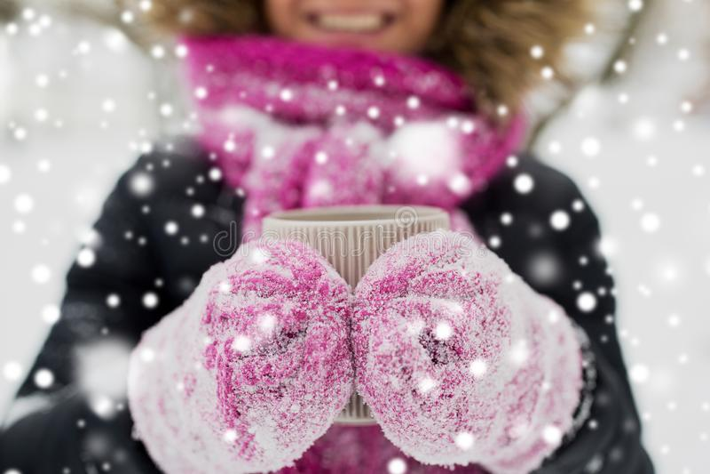 Fermez-vous de la femme avec la tasse de thé dehors en hiver photographie stock libre de droits