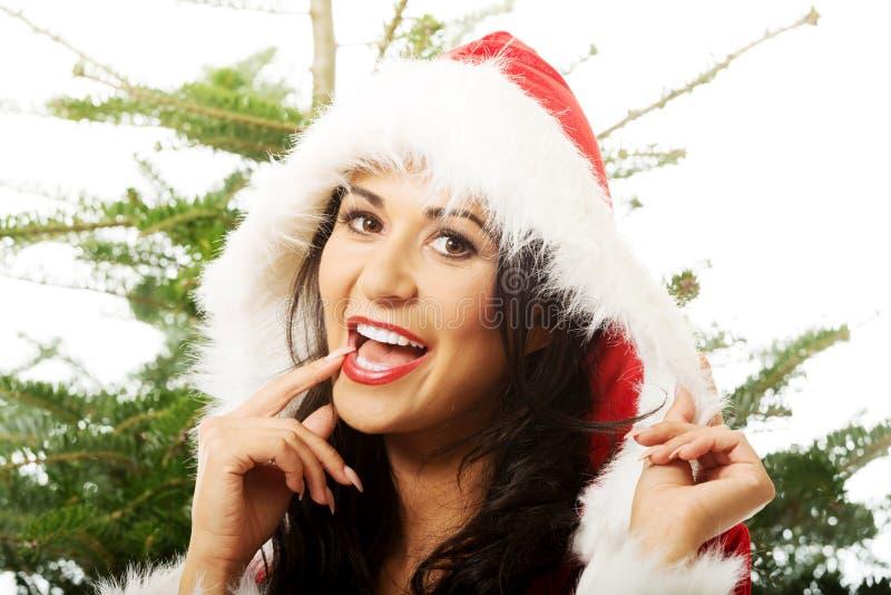 Fermez-vous de la femme de Santa avec l'arbre de Noël sur un fond images stock