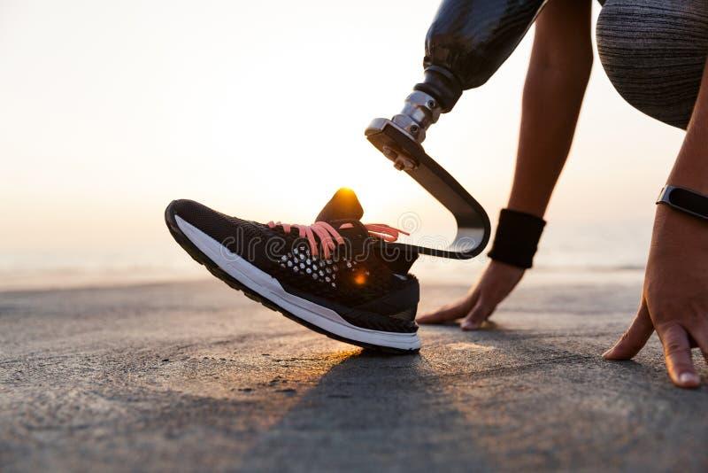 Fermez-vous de la femme handicapée d'athlète avec la jambe prosthétique photographie stock libre de droits