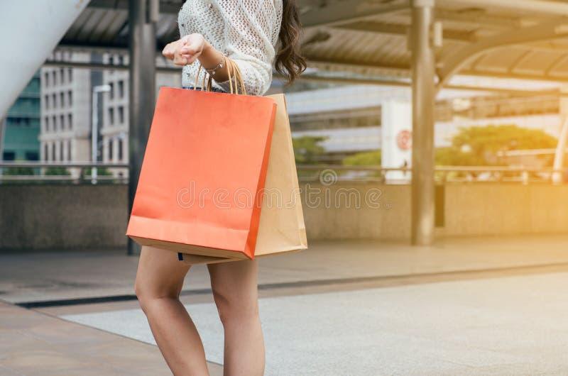 Fermez-vous de la femme de main tenant des paniers dans la ville, concept de mode de vie photos libres de droits