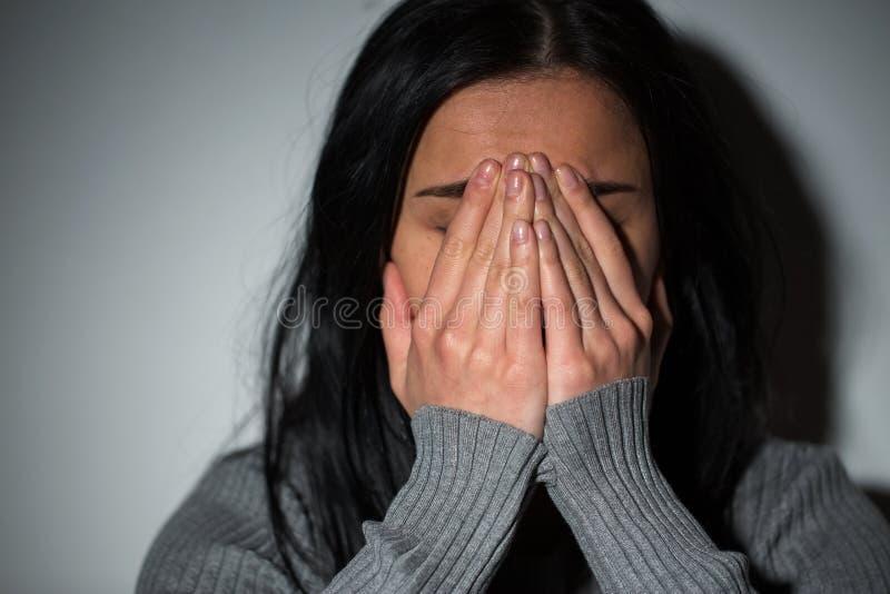 Fermez-vous de la femme pleurante malheureuse image stock
