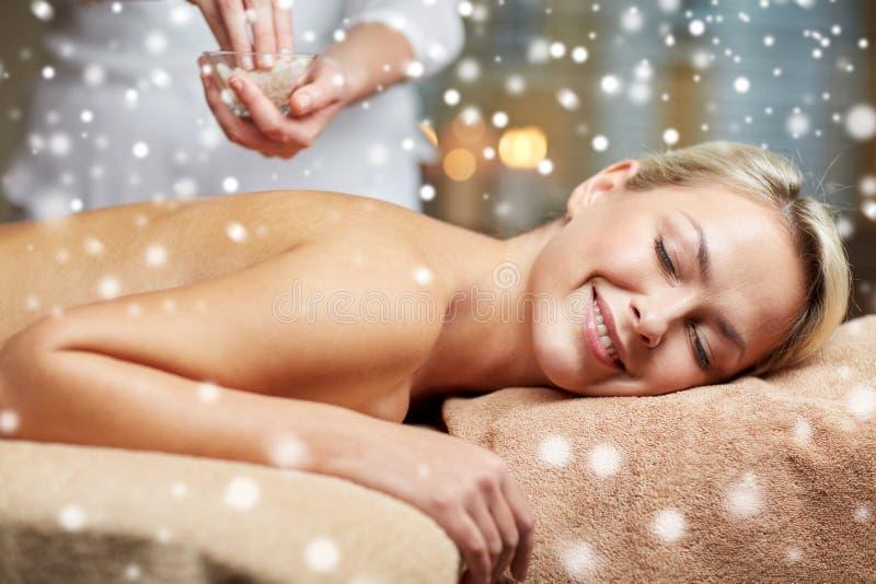 Fermez-vous de la femme se situant et ayant le massage dans la station thermale image libre de droits