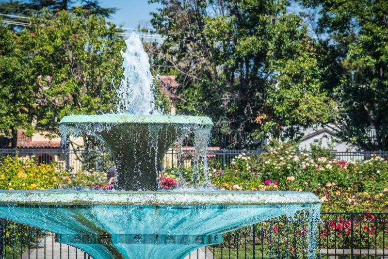 Fermez-vous de la fontaine d'eau dans Rose Garden municipale, San Jose, la Californie photo stock