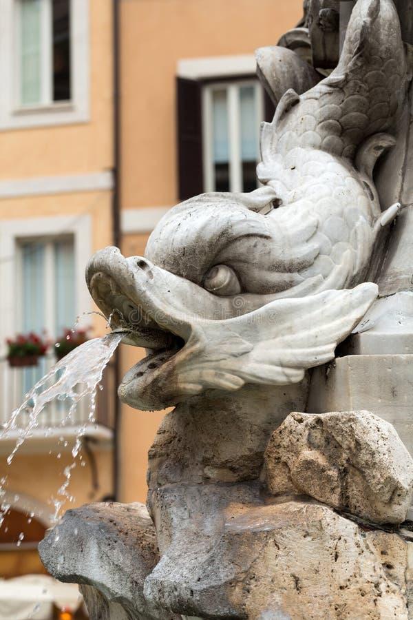 Fermez-vous de la fontaine du Panthéon Fontana del Pantheon au della Rotonda de Piazza Rome, photos stock