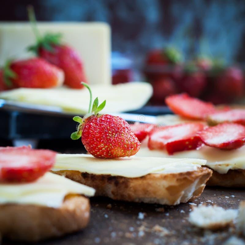 Fermez-vous de la fraise fraîche sur des sandwichs photographie stock