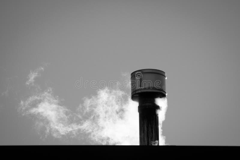 Fermez-vous de la fumée sortant d'une cheminée photographie stock libre de droits