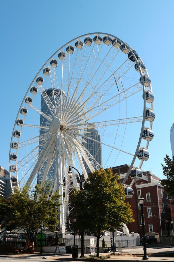 Fermez-vous de la grande roue d'Atlanta Skyview avec l'horizon d'Atlanta photo stock