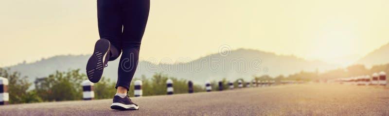 Fermez-vous de la jambe de femme dans le début courant pour atteindre le but o image stock