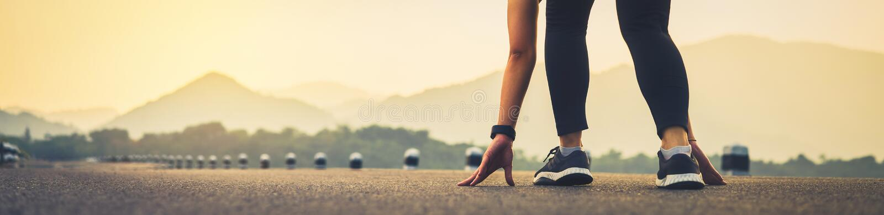 Fermez-vous de la jambe de femme dans le début courant pour atteindre le but o images stock