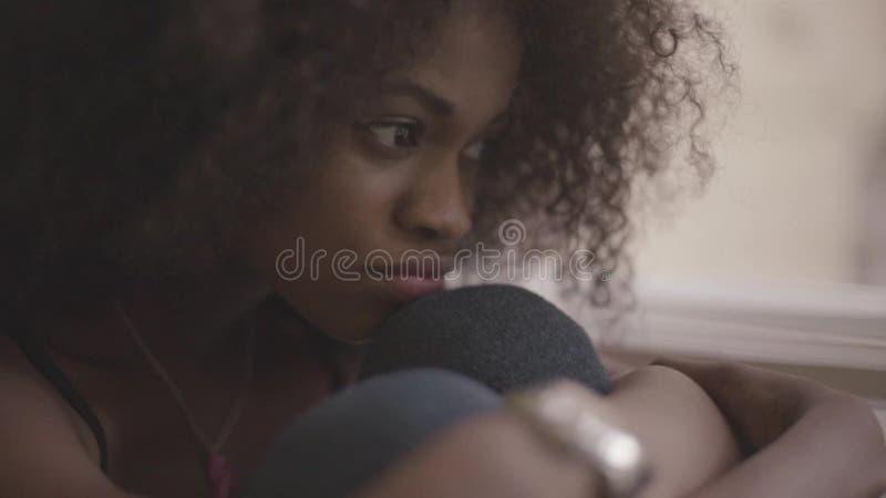 Fermez-vous de la jeune belle femme de couleur se sentant très triste Fille magnifique de désespoir banque de vidéos