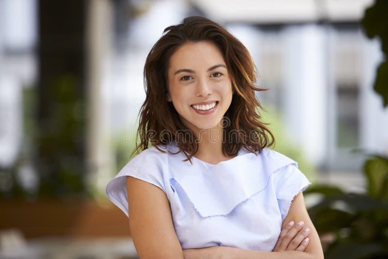 Fermez-vous de la jeune femme d'affaires de métis regardant l'appareil-photo photographie stock libre de droits