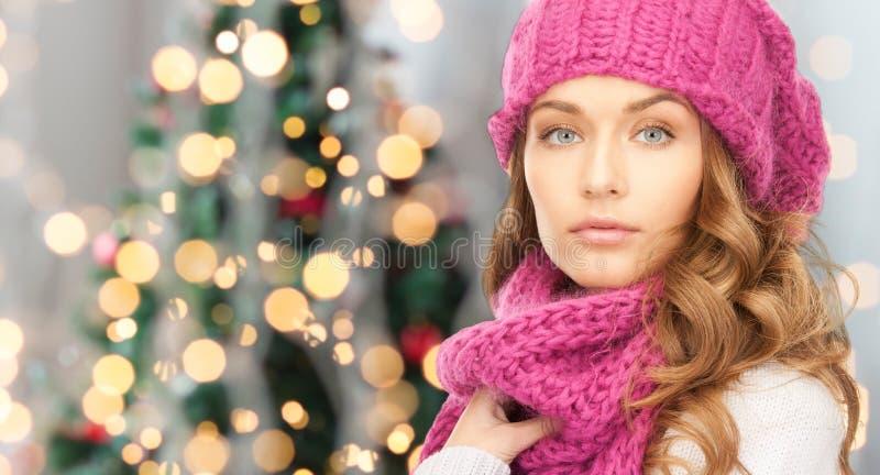 Download Fermez-vous De La Jeune Femme Dans Des Vêtements D'hiver Image stock - Image du mode, fond: 45352437