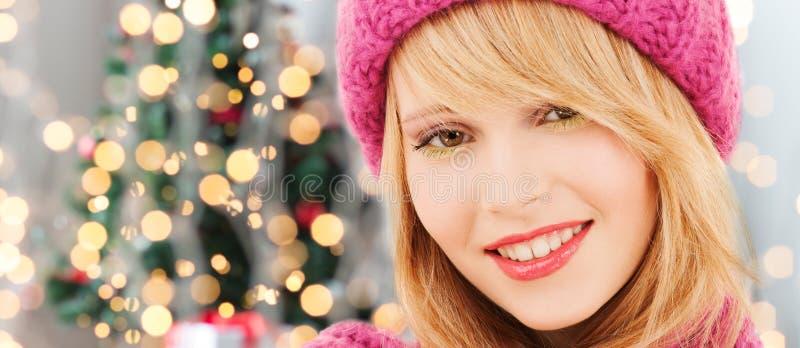 Download Fermez-vous De La Jeune Femme De Sourire Dans Des Vêtements D'hiver Image stock - Image du noël, beau: 45352379