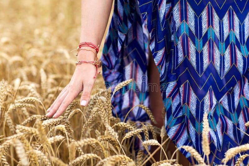 Fermez-vous de la jeune femme hippie sur le gisement de céréale photos libres de droits