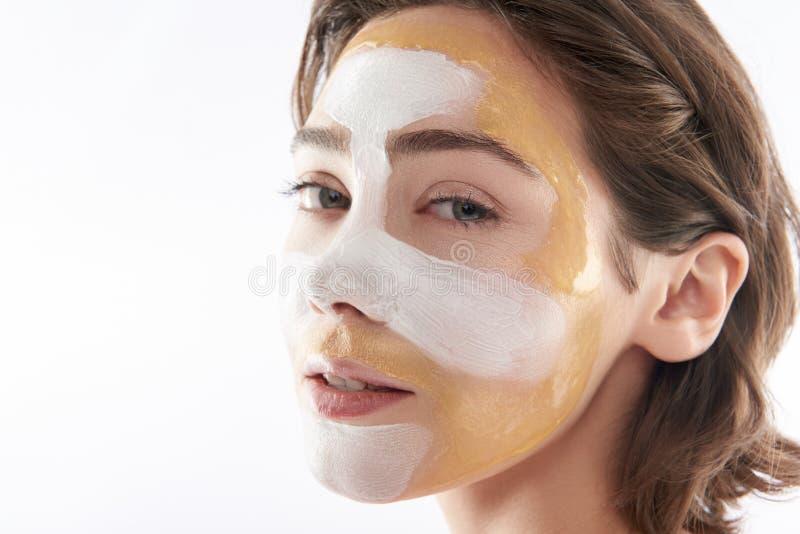 Fermez-vous de la jeune femme sensuelle avec le masque protecteur photos libres de droits