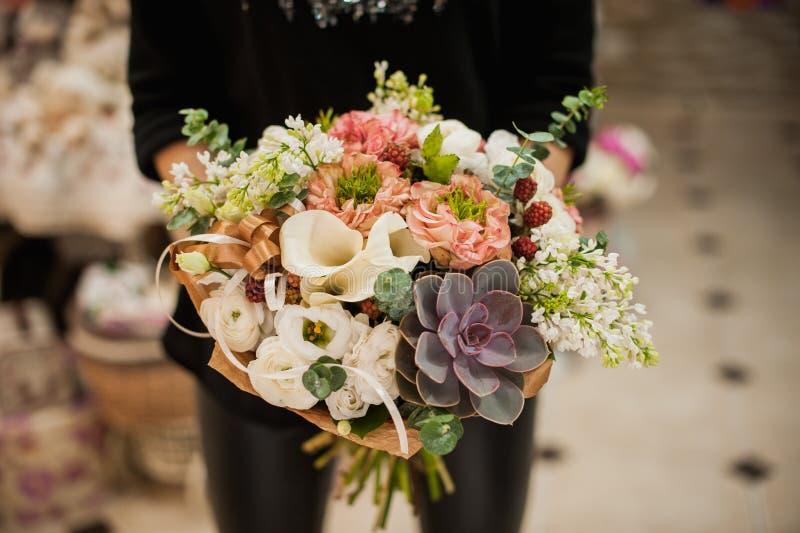 Fermez-vous de la jeune femme tenant le bouquet photos stock