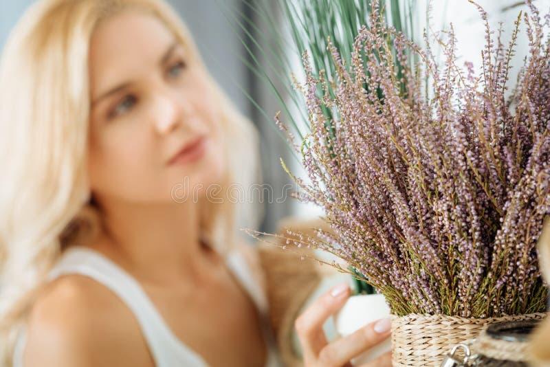 Fermez-vous de la jolie femme posant avec les fleurs sèches photos libres de droits