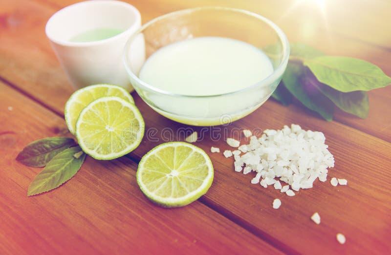 Fermez-vous de la lotion, de la crème et du sel de corps sur le bois photos libres de droits