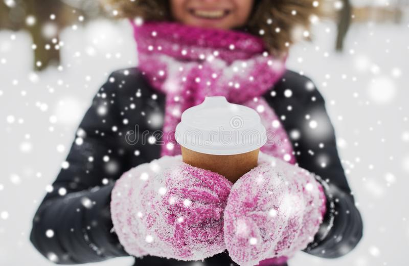 Fermez-vous de la main avec du café dehors en hiver photo libre de droits