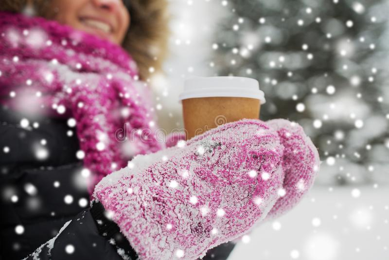 Fermez-vous de la main avec du café dehors en hiver images libres de droits