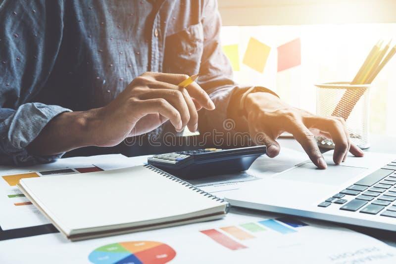 Fermez-vous de la main d'homme d'affaires ou de comptable tenant le workin de crayon images stock